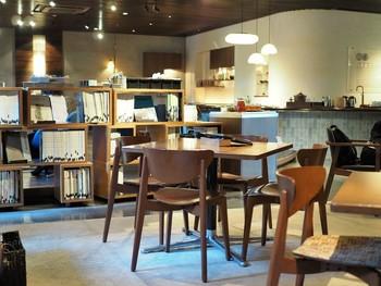 店内はサロンという名にふさわしいリラックスした空間の中に、斬新なデザインが取り入れられ京都の繊細さが表現されています。