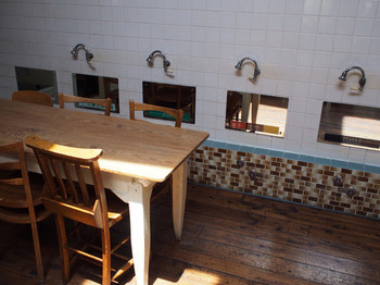 店内にはタイルや鏡など、お風呂屋さんの名残が。