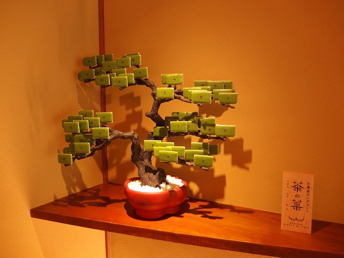 お店の中には、ラングドシャのお菓子「茶の葉」で松の木を再現したものが。この葉を一つとって食べてしまいたい誘惑にかられますね。