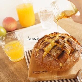 【甘いプルアパートブレッド】 メープルシロップやはちみつをかけて食べるピザ、クアトロフォルマッジ風にアレンジ。くせの無いゴーダチーズで食べやすい一品です。