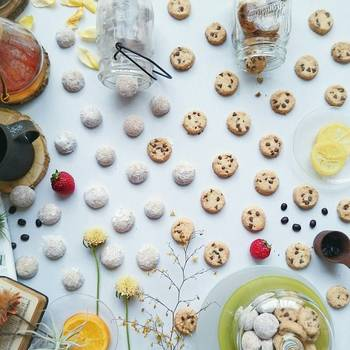 クッキーをテーブル一面にデコレーション。ジャーから飛び出したような演出と、ポルカドットのように並んだクッキーがとってもキュートな一枚です。