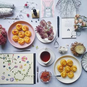 小物とお皿を並べて。キャンドルにカレンダー、ノート、押し花。。。不規則に並べられたモノたちがなぜかきれいにまとまっておしゃれに見えるから不思議。