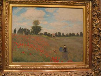 ひなげしが咲く丘を下る親子の様子を描いた、「アルジャントゥイユのひなげし」も素敵です。ひなげしの赤と青空のコントラストが印象に残ります。