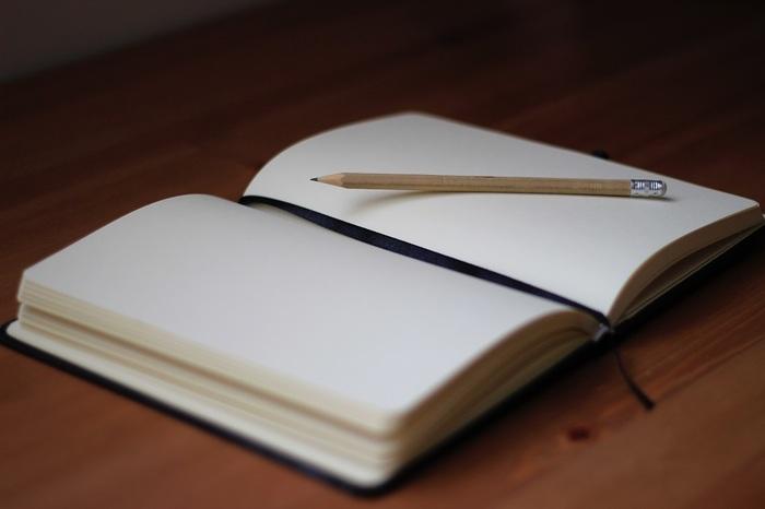 まずはノートを一冊用意しましょう。サイズに決まりはありませんが、ビギナーの方には1ページの面積が小さいコンパクトサイズがおすすめです。大きくてもA5サイズ(横14.8㎝×縦21㎝)を目安に選んでみるとよいでしょう。罫線が入るタイプのノートなら、幅が広めのタイプを選ぶと文字数が少なくても埋められそうですね!