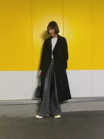 ドレッシーなワイドジーンズは、こだわり派の女性にぴったりの垢抜けコーデ。白を差し色にして、すっきり軽やか。