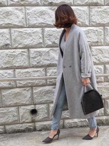 ニュアンスカラーのグレイで品のある装い。大人の余裕が感じられますね。