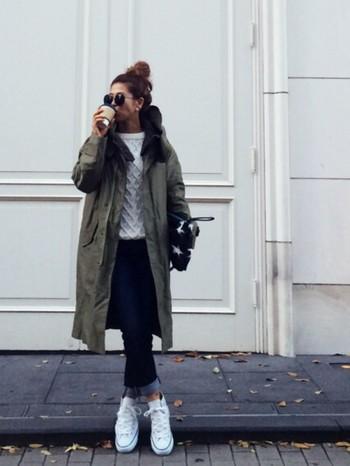 スニーカーは、アディダスやナイキ、コンバースが人気。靴とバックの色を合わせてまとまりをだしたり、または差し色一点投入でコーデのスパイスにしてみても◎