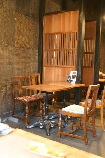 けれども、私たちは、「侘び寂び」をしっかりと感じ取ることができる日本人。おそらく、その日本人ならではの「温故知新」や「古き良きものを慈しむ」といった精神が、この町家を、ある意味現代風にオシャレに利用するようになったのだと思われます。 そのひとつが、カフェ。昔なじみのあたたかさをそのままに、オシャレな空間を提供するのが町家カフェなのです。