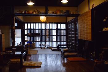 靴を脱いで上がる店内は、京都らしい奥行きの広い部屋に、ローテーブルがたった5台。冬は、テーブルがこたつにかわり、さらにあたたかい湯たんぽまで置いてくださっています。