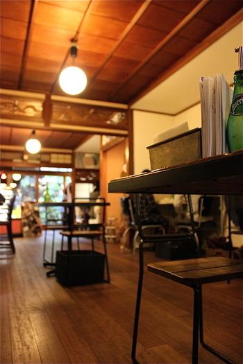 京都の町家らしく、奥行きが深い店内。写真ではきれいなフローリングの床で、畳の部屋もあるのですが、なんと土足で上がるのだそう。慣れない方は、ちょっと躊躇してしまうようですが、慣れると楽ちんなので、リラックスできるそうですよ。