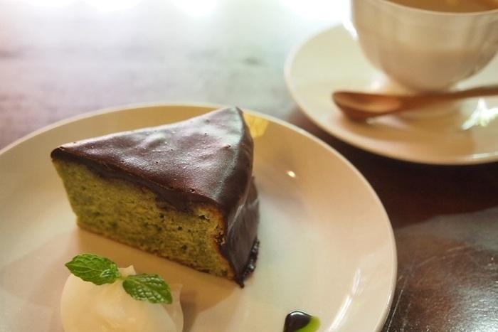 """寺町二条にある「一保堂茶舗」の抹茶を使ったザッハトルテ。""""京都""""が味わえそうなスイーツですね♪"""