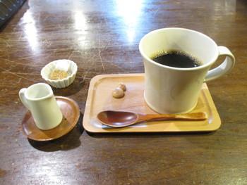 コーヒーは、いろいろな町家カフェ御用達の「カフェ工船」ブランドのコーヒー。スプーンに乗っている雪だるまのお茶うけが、なんだかほのぼのしますね!