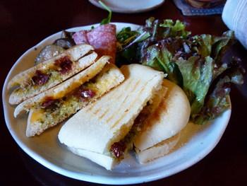 綾綺殿イチオシメニューはパニーニ。イタリア直輸入の素材を使われているパニーニには、いろいろな種類があるそう。付け合せのたっぷりサラダも食べごたえがありそうですね。