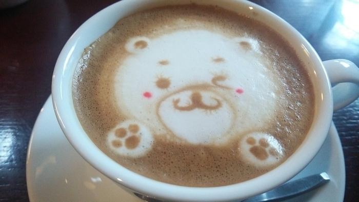 ラテアートも人気だというこちらでは、猫やうさぎ、クマなどのキュートなアートが堪能できるそう。ピンクのほっぺが可愛らしいですね♪