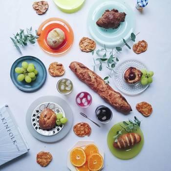 色とりどりの硝子のお皿。カラフルながらやさしい発色でほっこりできる色合わせです。