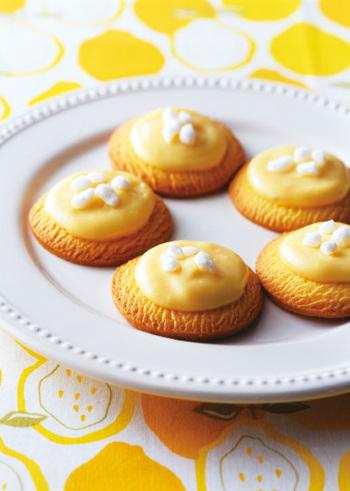 市販のムーンライトクッキーにレモンカスタードをON。 見た目もかわいい、一口サイズのお菓子の出来上がり♪