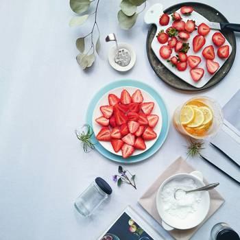 華やかに盛りつけられたイチゴのお皿を中心に、片側に余白を空けて。心地よいバランスです。