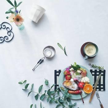 ひとり分の朝食が置かれたテーブル。奥行きを感じるレイアウトで楽しい雰囲気に。