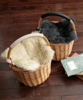 それだけでも素敵なかごバッグですが、小物をひとつプラスすることで、ぐっと冬の装いに変化します。例えば、こうしてファーを被せると、より温かみあのあるスタイルに。
