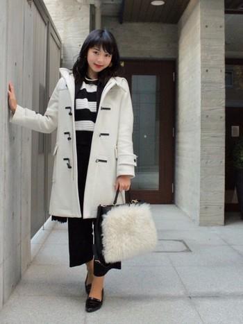 パールのネックレス×ホワイトのダッフルコートの組み合わせは、フェミニンなお嬢様風コーディネイト。エナメルのパンプスやファーバッグとの相性も、カジュアルになりすぎないホワイトならでは。