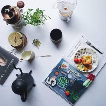 洋雑誌をランチョンマットのようにお皿の下に敷いて。まるで雑誌の中からケーキが浮き出したような面白くておしゃれな一枚です。