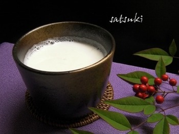 ホットミルクを大人用にアレンジしたホットカクテルで優しいひとときを♪ 画像は、日本酒とミルクを合わせて甘味を加えた「ホットミルク酒」。