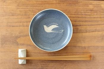 取り皿や、おやつ用として重宝する直径12センチの使い勝手のいい小皿です。独自の深みのある青と、飛び立つ鳥のモチーフが、今年の飛躍を約束してくれる幸せの青い小皿です。