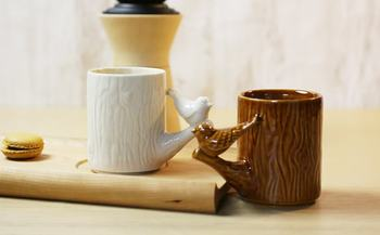 木目調が面白く、取っ手の部分に鳥がちょこんととまっている、とっても絵になるマグカップ。ゆっくり起きた朝に、珈琲を入れて、優しい日差しを浴びながら一杯のコーヒーを頂く、至福の時に是非使いたいマグカップです。