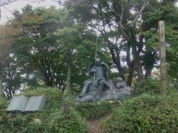 羽柴秀吉と柴田勝家の戦いとなった「賤ヶ岳古戦場」として有名な賤ケ岳。山頂には、戦に疲れた勝利方の武将像もあります。