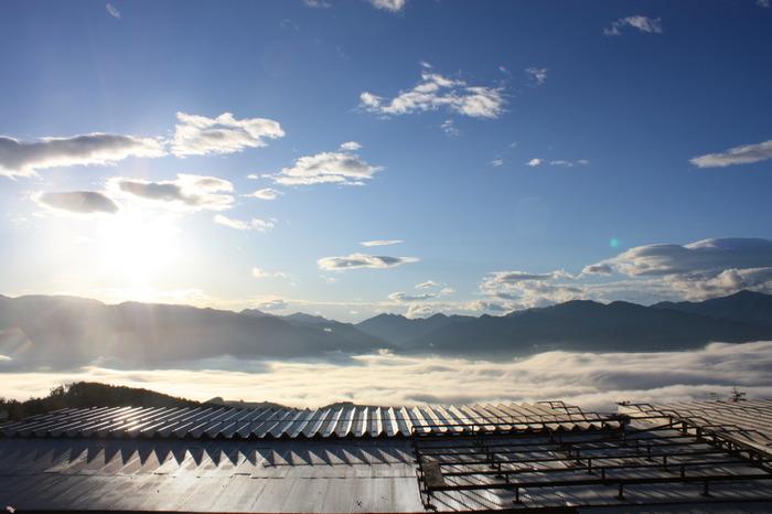 目の前に広がる雲海、盆地、そして富士山。ここは、都心から約二時間の山梨県にある、その名も「ほったらかし温泉」という、ちょっと変わったネーミングの温泉なんです。今回は、絶景の日帰り温泉「ほったらかし温泉」について、どーんとご紹介したいと思います!