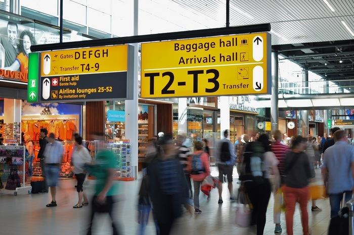 チェックインの受け答えはワンフレーズで十分です。パスポートとチケットを準備してカウンターに向かいましょう。  A(あなた):Hello! Check in, please.(こんにちは、チェックインをお願いします。) B: Hello! May I see your passport and ticket, please?(こんにちは、パスポートとチケットをお願いします。) A(あなた): Yes, here they are.(はい、どうぞ。)