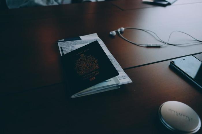 入国審査ではパスポートと一緒に入国シートのチェックもされるので忘れずに。入国シートは機内で配られますが、受け取っていない場合はフライトアテンダントに尋ねましょう。 ちょっぴり緊張してしまうかもしれませんが、入国審査も短いフレーズさえ覚えれば大丈夫!