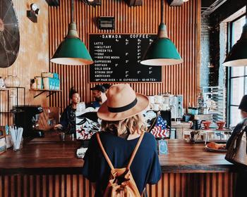 日本に比べてレストランのスタッフとのコミュニケーションが多いというのも、海外レストランの特徴です。お店に入ったらまず、「Hello」や「Good afternoon」と声をかけましょう。
