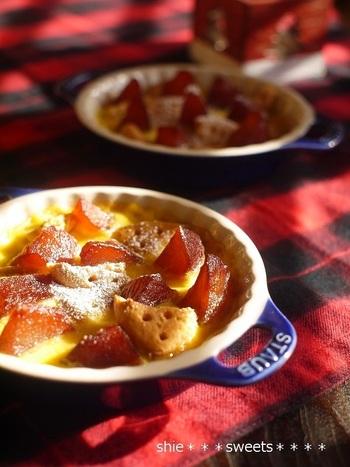 アツアツでも、冷やしても美味しい焼きプディングです。りんごのコンポートを作っておけば、あとはプディング液を流し入れ、ビスケットを散りばめて焼くだけ!冬のあったかデザートにいかがですか?