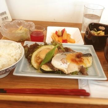 日替わりランチは、メインをお肉またはお魚から選べるシステムです。旬の野菜をたっぷり使ったヘルシーなメニューで、体も心も満たされます☆