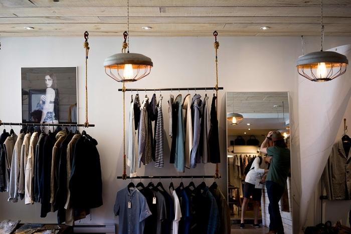 フランス女性はおしゃれだから、さぞかし家にはたくさんのワードローブがあるのではと思いきや、意外や意外。彼女たちのクローゼットにあるのは10着だと言われています。同じ洋服を2日続けて着る場合もあるし、同じアイテムを何度も着まわします。「量より質」。じっくり考えて買い物し、基本的には倹約家です。数少ない良質な洋服を大事に愛着を持って着続けるのです。