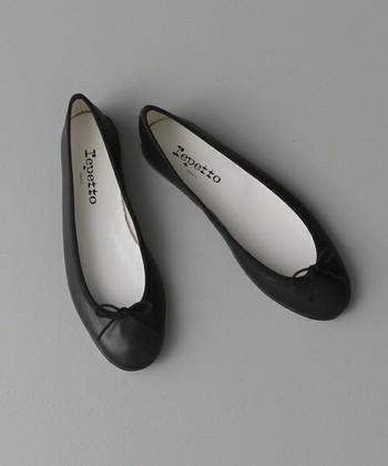フランスの老舗ブランド「Repetto(レペット)」のバレエシューズ。シンプルなデザインで履き心地も良く、人気の商品です。
