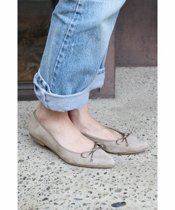 スエード素材が上品なこちらは、「CARMEN SALAS(カルメンサラス)」のポインテッドフラットシューズ。歩きやすいぺたんこ靴でありながら、大人のエレガントさを演出してくれます。