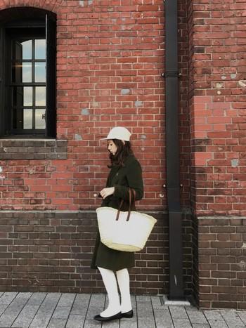 寒い日には、タイツ+靴下と組み合わせてもOK!グリーンのコートとの相性も良く、大人っぽい雰囲気が素敵です。