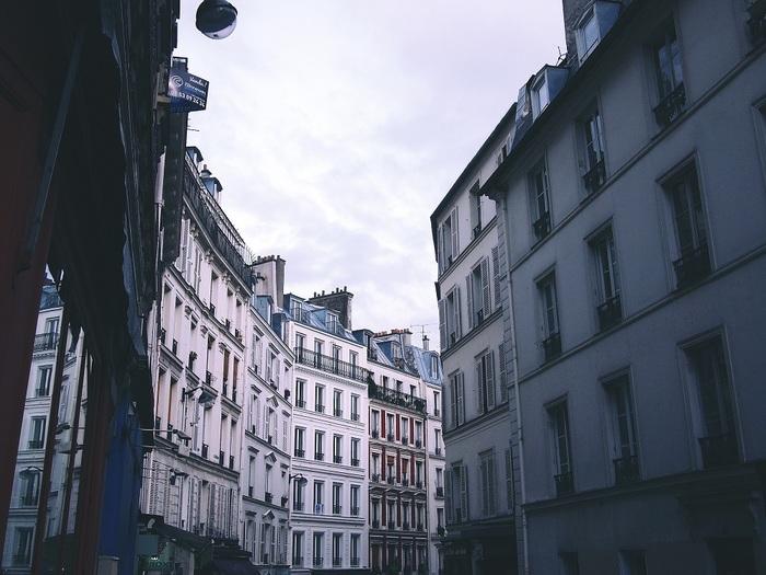 フランスの都会に住む彼らも日本と同様、狭く家賃の高い住宅事情に悩まされています。フランス人がみんな豪奢な邸宅やアパルトマンに住んでいるわけではありません。でも狭いながらも照明使いやインテリアを考え、自分らしいテイストを入れて居心地のよい素敵な空間を作るセンスに長けています。