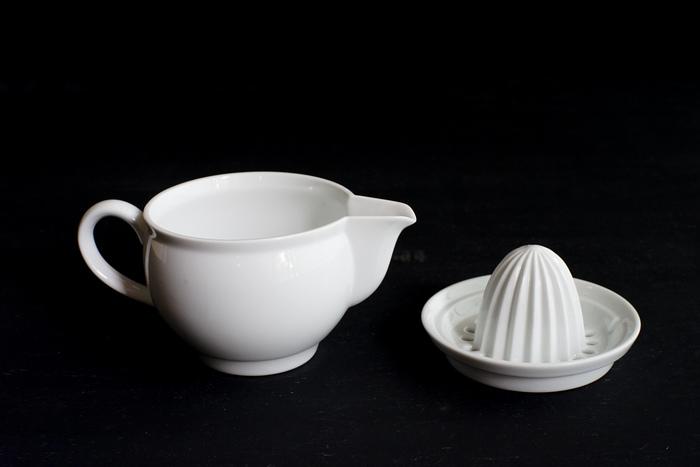 上部はジューサー、下部は搾りたての果汁がたまるセパレート式です。下部のポット容器は食卓にそのまま置いてもなじむシンプルでスタイリッシュなデザイン。