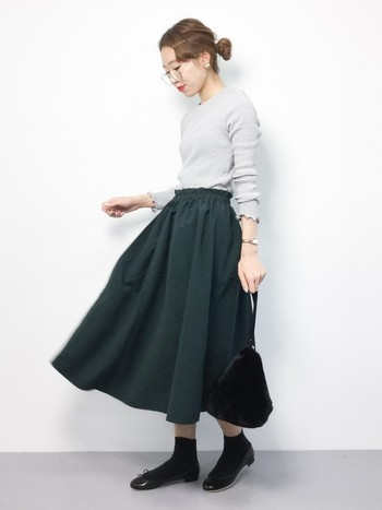 落ち着いた色合いのスカートと合わせて上品なスタイルが完成。キラリと光る小物使いで、地味になりすぎないように*休日のお出かけにぴったりです。