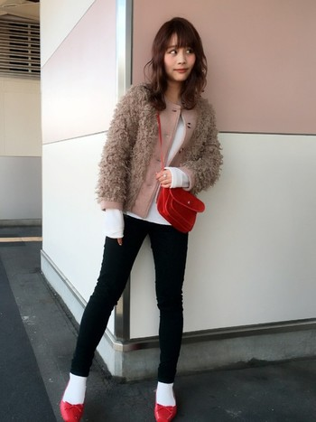 赤のバレエシューズと白靴下の組み合わせはおしゃれさんの中でも大人気!カジュアルになりすぎず、女の子らしさを忘れていないコーディネートですよね。