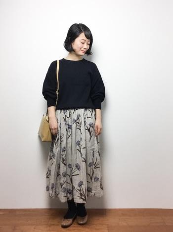 ふんわりとしたスカートと、ベージュのバレエシューズの組み合わせが可愛いです。ベージュは春にも使える色なので、一足持っていると便利です◎