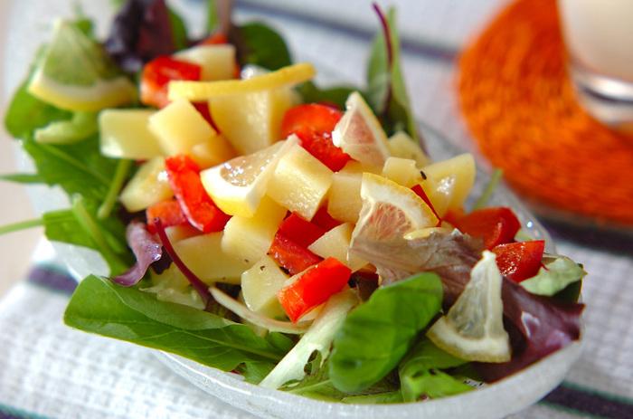 『レモン風味のポテトサラダ』  通常のポテトサラダに飽きた方に。レモン汁とレモンの果皮を加えたポテトサラダは、さわやかな酸味がポイント。