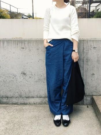 ワイドデニムパンツとのシンプルな組み合わせが可愛いです*白靴下と合わせることで、黒のシューズが引き立ちます。