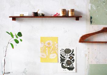 壁の空きスペースがさみしく感じたらポストカードの出番です。色や柄が少し入るだけで、空間が洗練された印象に。