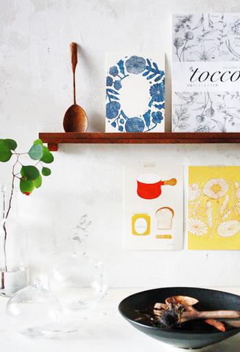 キッチンの飾り棚の周りにポストカードをプラス。飾る場所にちなんだ絵柄をチョイスすれば、ディスプレイに統一感が生まれます。