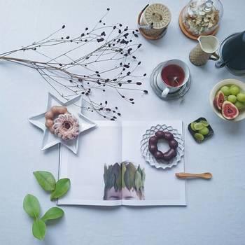 雑誌の中の写真と食器たちがコラージュのように組み合わされた一枚。