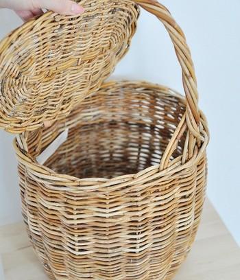 冬に持ちたいのは、ラタン(籐)のような、固めの素材を用いたかごバッグ。しっかりとした造りが夏とは異なった表情を演出してくれます。